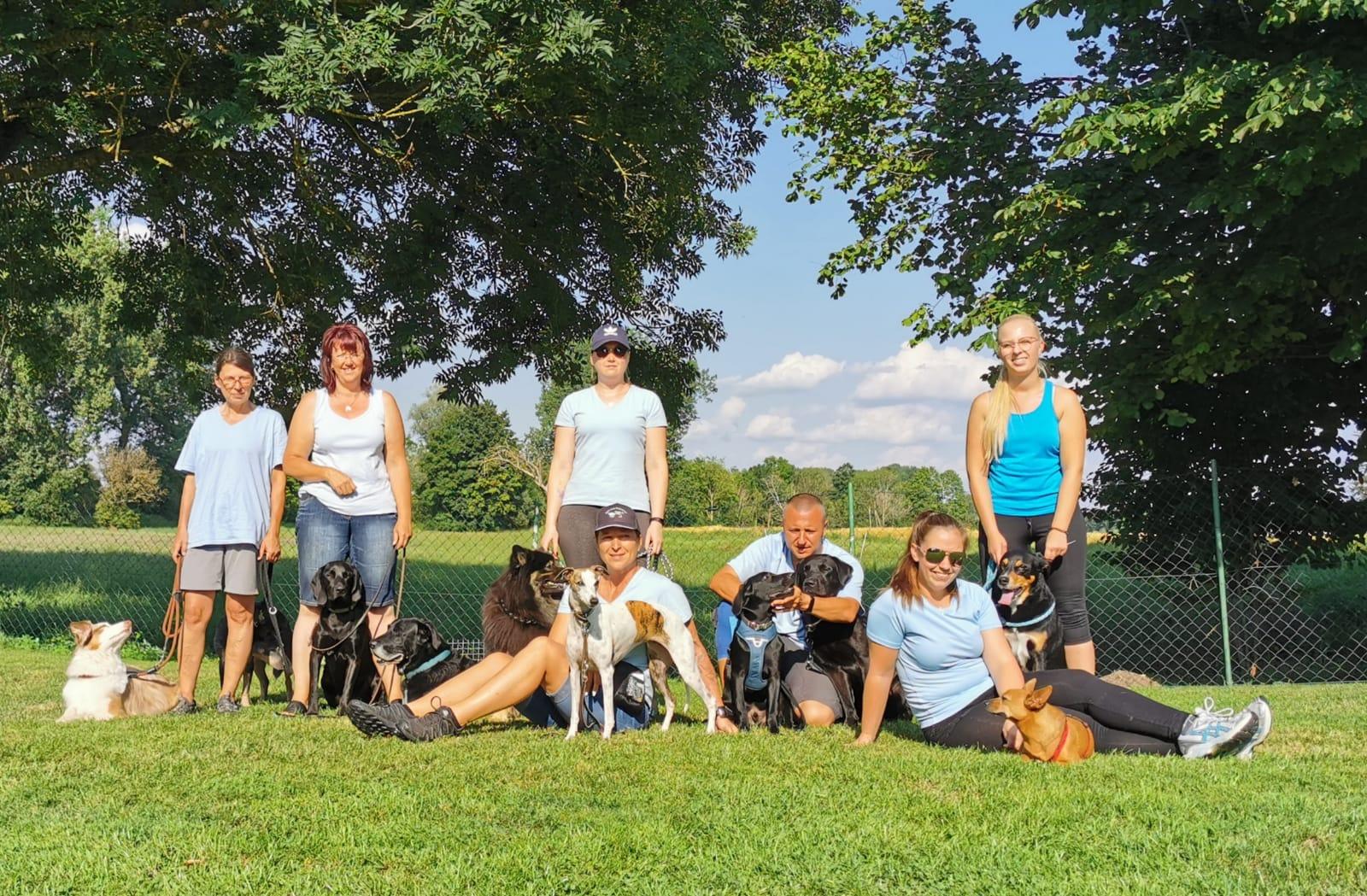 Agilityteilnehmer aus der Hundeschule Waldstetten am Turnier in Bächingen